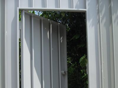 Portillon dans une clôture métallique