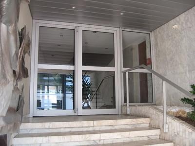 Porte d'entrée immeuble en Alu & main courante